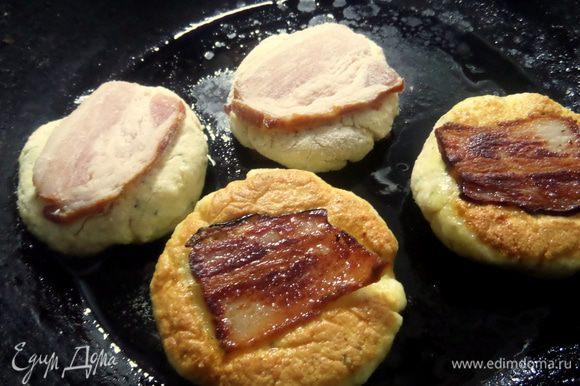 Переносим сырники в разогретую сковороду,добавив немного масла.