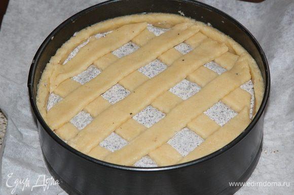 Раскатываем вторую часть теста, нарезаем на полоски и выкладываем сверху пирога.