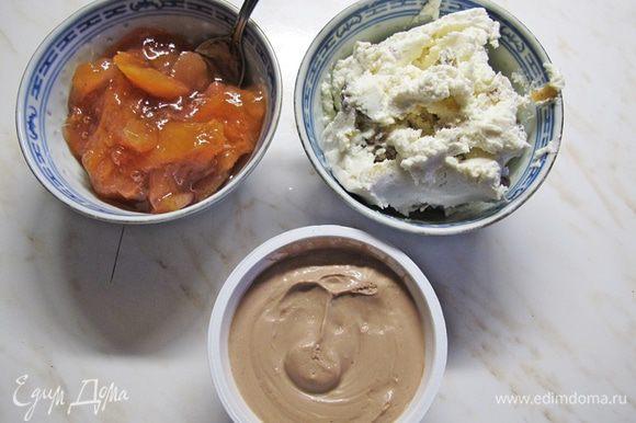 Готовим начинку. Джем лучше брать густой. К сливочному сыру можно добавить какао и сахарную пудру.
