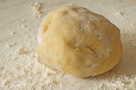 Добавить воду с яйцом к муке и замесить тугое тесто. Убрать тесто в холодильник минут на 30-40.