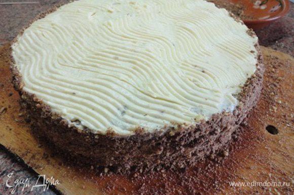 Еще один темный корж и остальным кремом смазываем верх и бока, которые затем посыпаем крошкой. Теперь можно торт переместить на чистое блюдо и украшать.