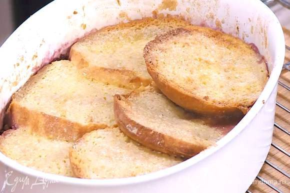 Запекать пудинг в разогретой духовке 20‒25 минут, затем перевернуть на блюдо.