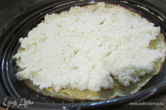 Форму для запекания (хорошо, если форма для запекания и сковорода равны по диаметру) смазать сливочным маслом. Выложить пару блинчиков. Затем — слой каши, снова блинчики. Повторите несколько раз, последним слоем должны быть блинчики.