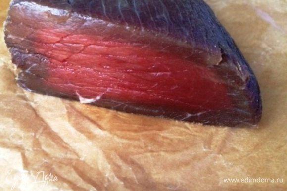 Спустя 3 дня готовое мясо вынимаем из маринада, не ополаскиваем, а просто обмакиваем бумажными полотенцами. После маринования поместить мясо между двумя противнями под пресс (положить что-то тяжелое сверху, я воспользовалась банками с малиной, что храню в холодильнике) на 4 часа. Всё лишнее из мяса уходит. Мясо готово!