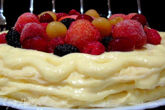 Дайте постоять минут 30-40 и можно разрезать, украшаем ягодами по своему вкусу, если ягоды замороженные, как у меня, то могут потечь, поэтому украшаем перед самой подачей.