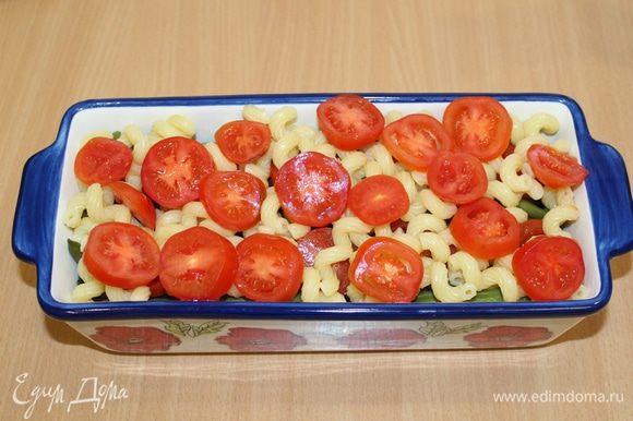 Затем снова макароны и помидоры.
