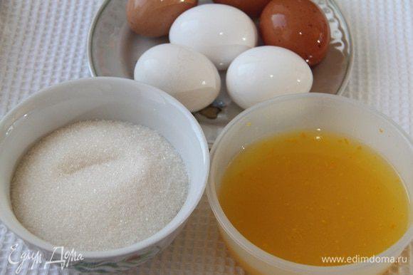 Лимонный мусс. Понадобится 240 мл свежевыжатого цитрусового сока, 1 ст. л. мелко тертой лимонной+апельсиновой цедры, 200 г сахара-песка, 6 больших яичных желтков.