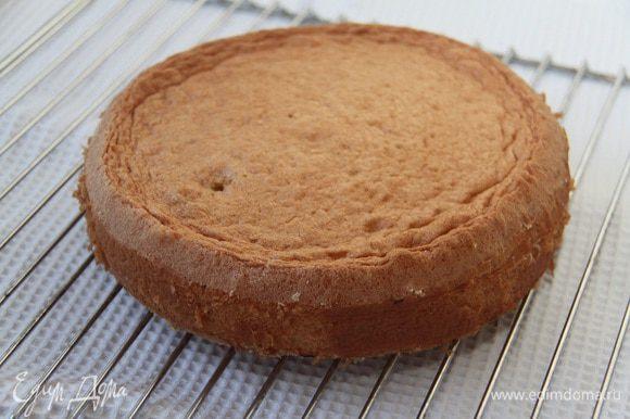 Дать бисквиту полностью остыть на решётке. Я готовила бисквит предварительно, за день до сборки торта.