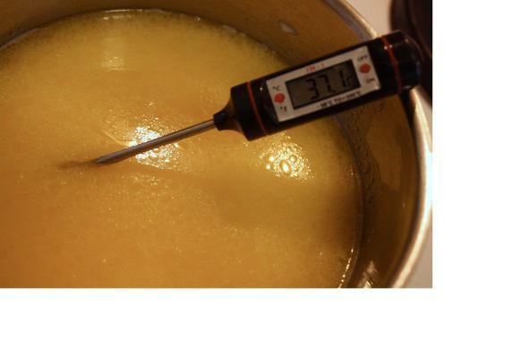 Растопить сливочное масло в кастрюльке, добавить молоко, подогреть до 37°С.