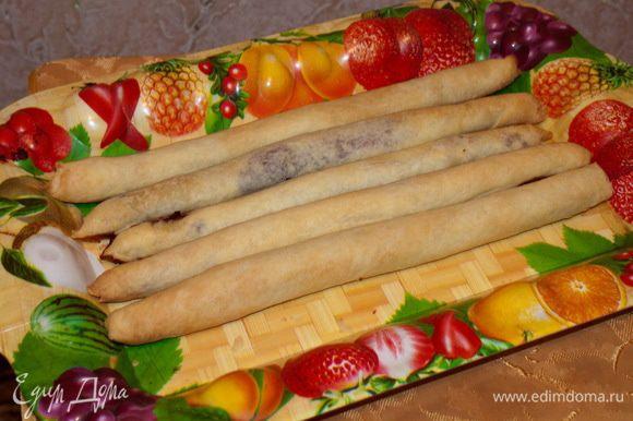 Собираем на торт: 5 (пять) остывших трубочек выкладываем на блюдо (или поднос).