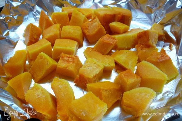 Тыкву нарежьте мелкими кубиками и запеките в разогретой до 190°C духовке в течении 30 минут до мягкости. Затем измельчите блендером в пюре.
