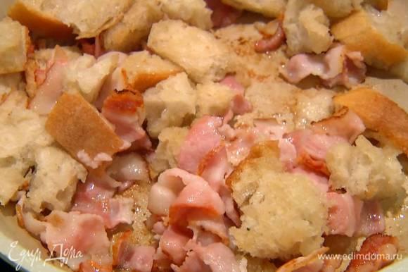 Хлеб порвать руками на неровные кусочки, добавить в сковороду с грудинкой и обжаривать до появления золотистой корочки.