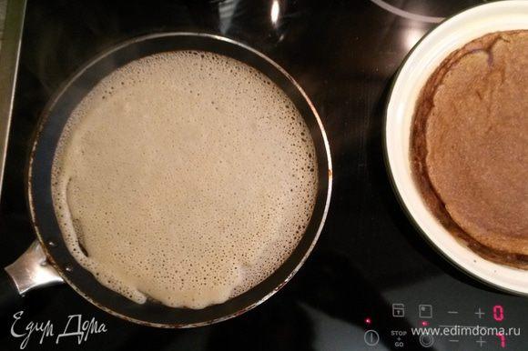 Блинчики выпекаем сразу, на сковороде на среднем огне с двух сторон. Готовые блины смазываем растопленным сливочным маслом. Приятного аппетита!