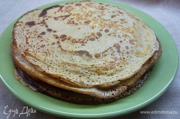 Разогреваем сковородку, смазываем ее подсолнечным маслом и жарим пышные небольшие блины.