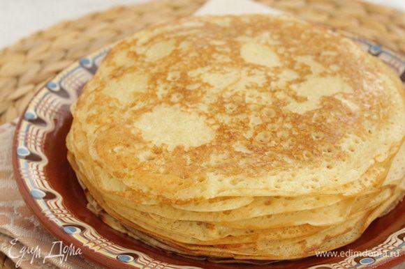 Выпекать на разогретой сковороде, смазав ее кисточкой топленым маслом. Готовые блины смазывать также смазать топлёным маслом.