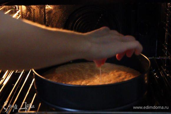 Проверяем готовность бисквита зубочисткой и, если сомневаетесь, оставляем еще на пару минут в духовке.