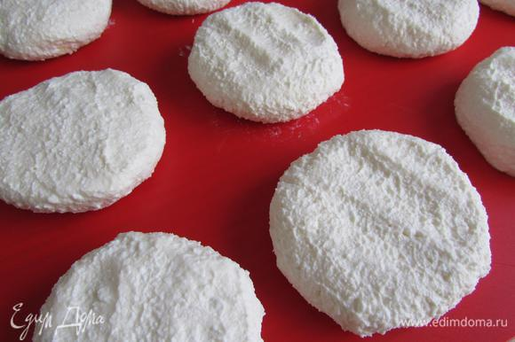 Затем мокрыми руками формовать сырнички.