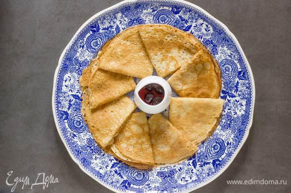 Возьмите блинную сковороду, смажьте ее растительным маслом и выпекайте тонкие блинчики. Подавайте блинчик со сметаной, любимым вареньем или медом. Приятного аппетита.