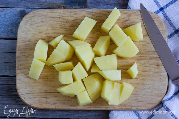 Картофель очистите, крупно нарежьте и отварите в течение 12-15 минут, до готовности.