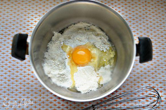 Смешать просеянную муку, соль, 0,5 ст. л. сахара и яйцо. Хорошо перемешайте и влейте постепенно 1 ст. молока и 1 ч. л. растительного масла. Дайте блинной массе постоять 10 минут.
