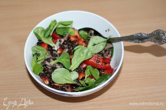 Добавить зеленый салат, посолить, поперчить, заправить растительным маслом.