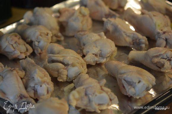 Переложить крылья на приготовленные противни и отправить в горячую духовку на 30 минут, один раз перевернув.