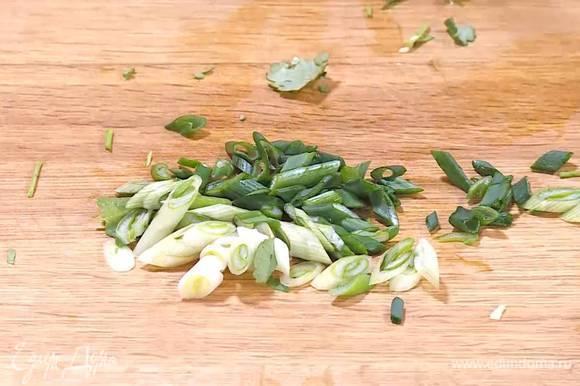 Кинзу и зеленый лук мелко порезать, добавить в салат и еще раз перемешать.