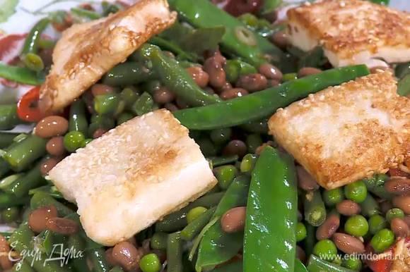 Выложить салат на блюдо, сверху разложить обжаренный тофу.