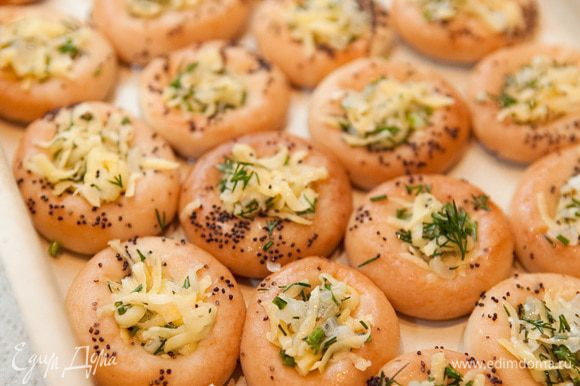 Заполнить каждую начинкой. Отправить в духовку на 15-20 минут при температуре 180°C. Как картошка подрумянится, можно вынимать.