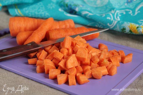 Вес овощей указан в ингредиентах уже в очищенном виде. Морковь нарезать кубиками.