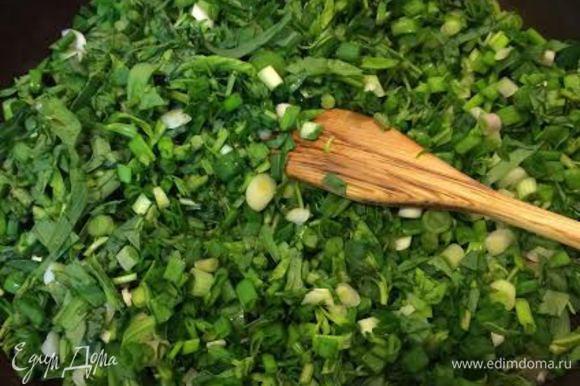 Потушить тархун с луком. Добавить вареные яйца, соль, перец и перемешать. Дать слегка остыть.