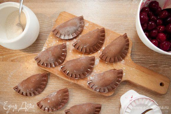 Лепим шоколадные. Натираем горький шоколад на крупной терке. Темный шоколад не содержит продуктов животного происхождения и его можно есть постящимся) В каждый вареник к вишне добавляем, помимо сахара, щепотку тертого шоколада.