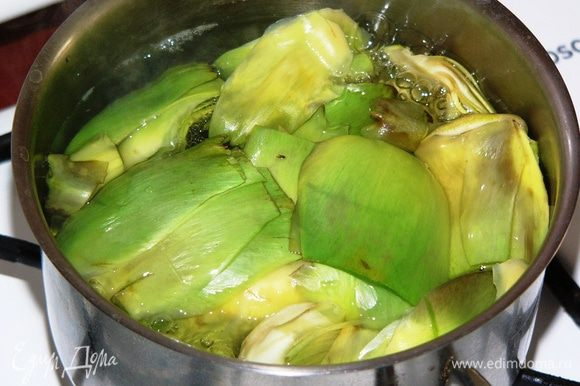 В закипевшую воду добавляем соль и сок половины лимона, минут 5 отвариваем в воде лепестки, стебель и сердцевину.