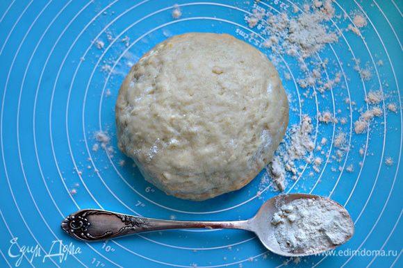 Просейте муку, добавьте разрыхлитель и молотый имбирь. Постепенно введите муку в рассол и замесите тесто. Оно должно получиться достаточно мягким и гладким.