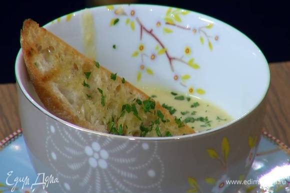 Суп разлить в тарелки, сверху выложить чесночные гренки, посыпать петрушкой и сбрызнуть оливковым маслом Extra Virgin.
