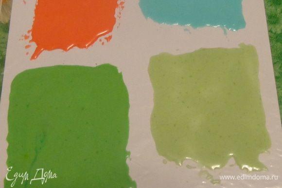 Также попробовала айсинг: окрасила в разные цвета, сделала его довольно жидким и ножом нанесла тонкий слой на полиэтиленовый файл. После высыхания измельчила.
