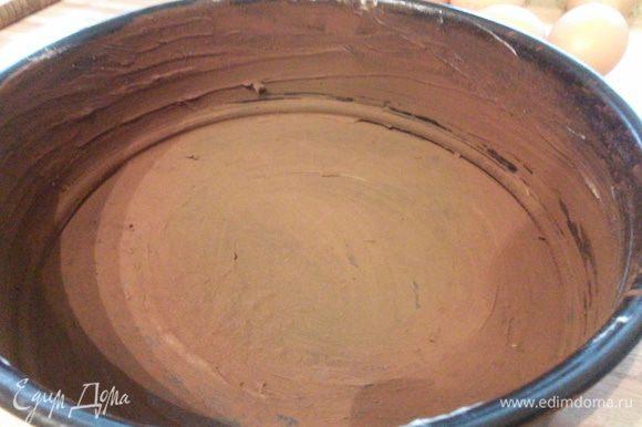 Форму 20 см в диаметре смазать маслом и посыпать какао. Лишнее какао стряхнуть.