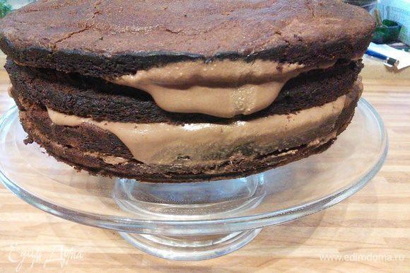 На второй день коржи разрезать пополам. Каждый промазать третьей частью шоколадного ганаша, поставить в холодильник.