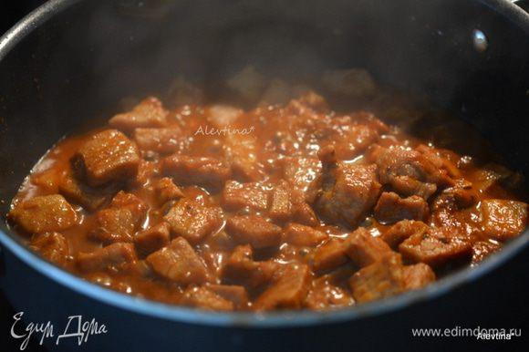 Добавить тонко порезанный лук,чеснок нарезанный, чили, орегано, кумин. Перемешать и готовить 5 минут. Добавить воду или бульон, томатную пасту, сахар и соль. Закрыть крышкой и тушить 25 минут на медленном огне.