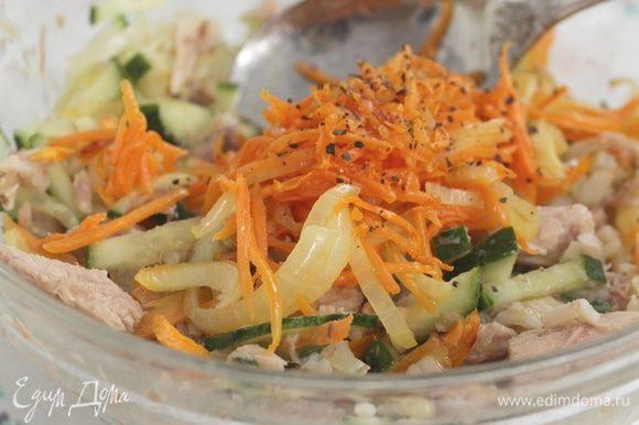 Лук и морковь нарезать тонкой соломкой, обжарить на оливковом масле, посыпать свежемолотым черным перцем. Все перемешать, при необходимости добавить еще оливковое масла. Для не постящихся можно салат заправить майонезом.