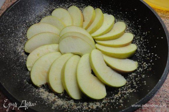 Включаем духовку для разогрева до 180°С. Отжать нужное количество сока из лимона и апельсинов. Яблоко (у меня ушло всего одно яблоко весом 170 г, хотя у автора было указано 3 шт) очистить от сердцевины и нарезать дольками. Для постной выпечки из-за незначительного содержания в ней масла я предпочитаю брать силиконовую форму или с антипригарным покрытием, чтобы легче было извлекать выпечку. В этот раз я использовала такую сковороду диаметром 1 см, но все-таки и ее смазала растительным масло и посыпала панировочными сухарями (можно манной крупой). Яблоки выложить на дно формы.