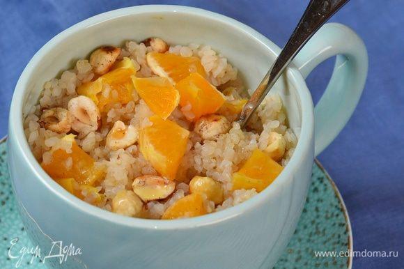 Разложить по пиалам, добавить орехи, кусочки мандарина и полить медом. Угощайтесь! Быстро, очень вкусно и полезно.