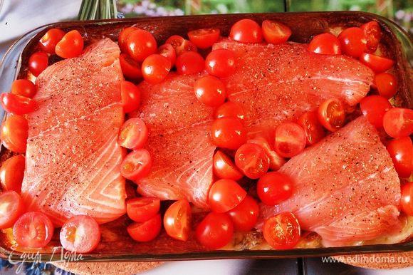 По истечении 45 минут достать картофель, выложить поверх семгу и томаты.