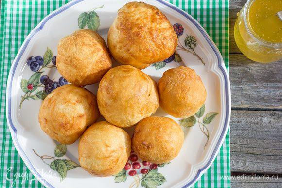 Подавайте пончики с сахарной пудрой и сиропом.
