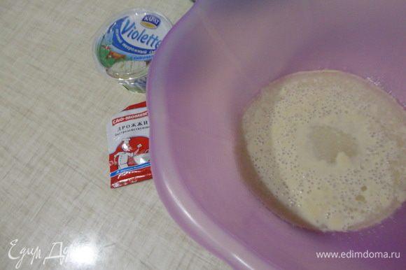 Наливаем в миску теплую воду, добавляем сахар и дрожжи и оставляем на 5-10 минут.