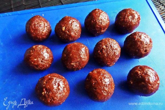 Скатать шарики, размером с грецкий орех, убрать в холодильник или морозилку для быстроты.