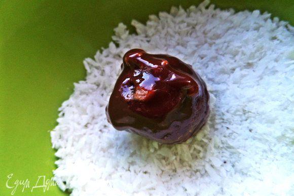 Несколько конфет я сделала без шпажек и после глазури обваляла в кокосе.