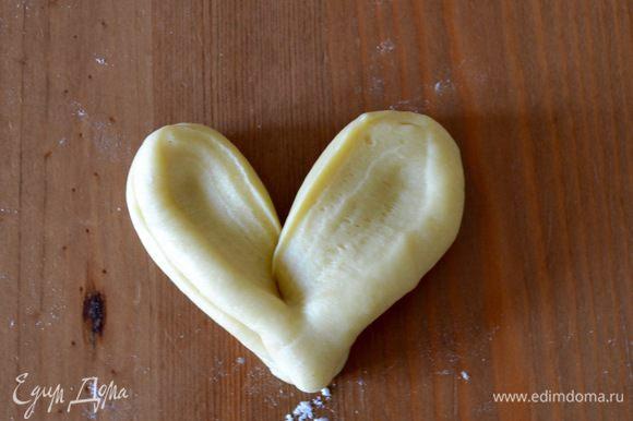 Развернуть наподобие сердечка. Подготовить таким образом все булочки.