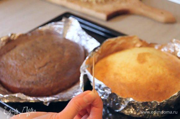 Проверяем готовность коржей зубочисткой либо нажатием лопаткой сверху, как в моем рецепте торта «Нежность».