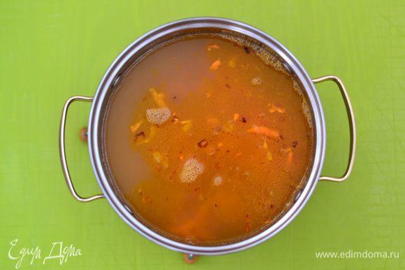 Добавить обжаренные лук и морковь. Положить лавровый лист, добавить приправу для супа.